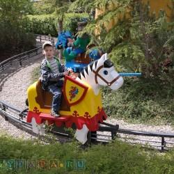 Всякие паравозики по всей территории парка и лошадки также представлены.