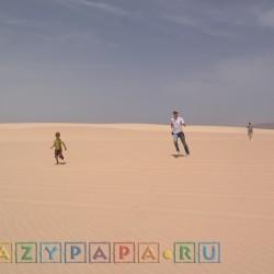 Крейзипапа с сыном в пустыне