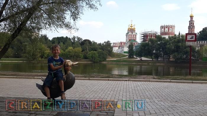 В сквере у Новодевичьего монастыря