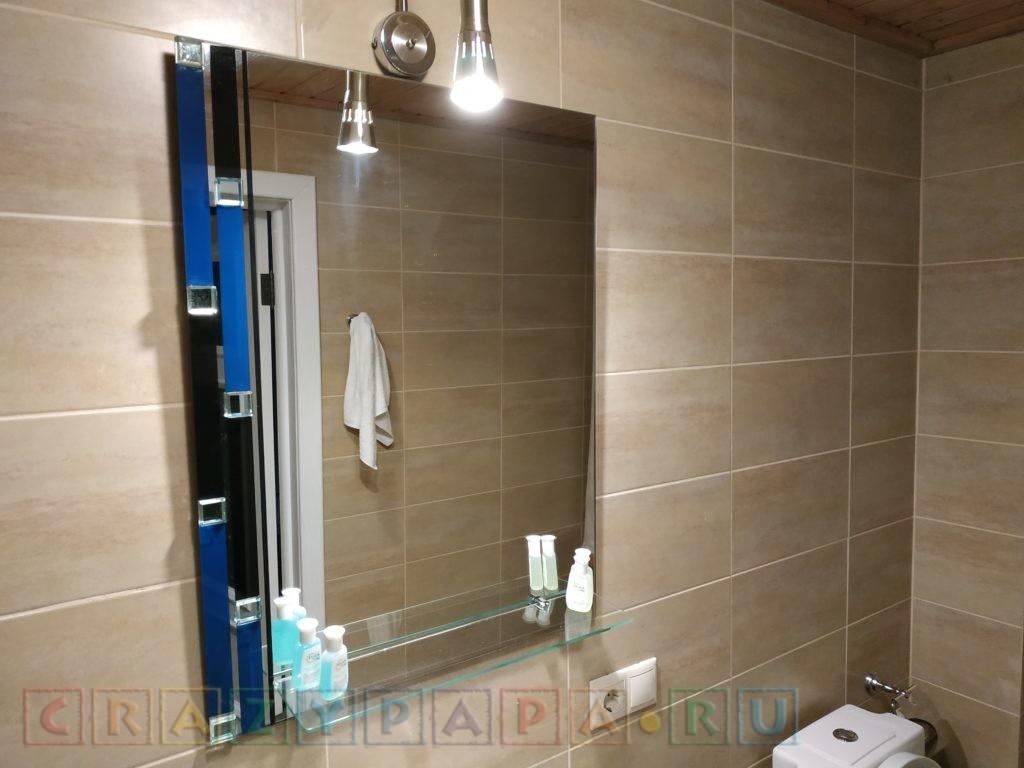 Яркий светильник над зеркалом в ванной