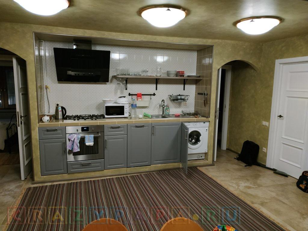 Встроенная мебель на кухне: стиральная машина, посудомойка, вытяжка
