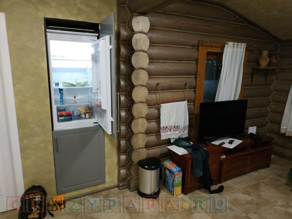 Встроенный в стену холодильник, телевизор с громкими колонками