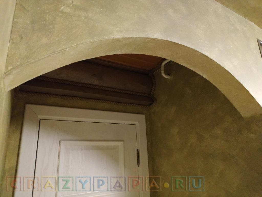 Спрятанные в темные пространства перед входами в комнаты и отделенные арками газовые трубы